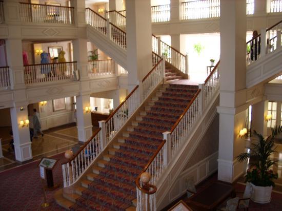 Photos int rieur du disneyland hotel for Interieur hotel disney