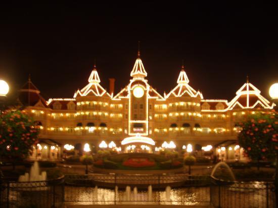 Le Disneyland Hotel la nuit