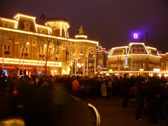 Disneyland Parc et Disneyland Hotel de nuit