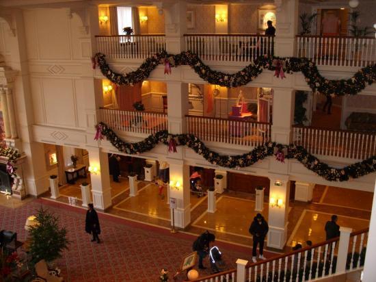 Vue de l'escalier du hall de réception du Disneyland Hotel