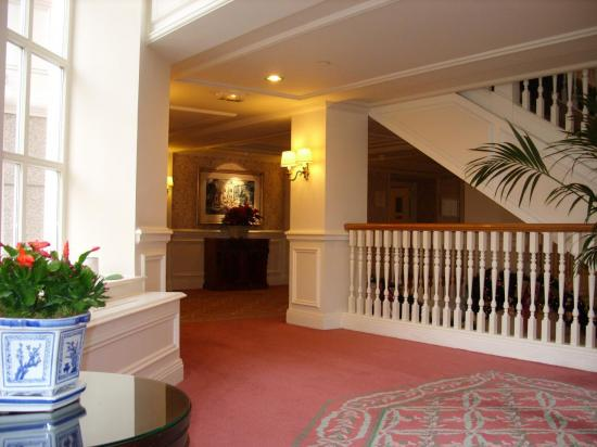 Une vue du coin Télé au 1 étage du Disneyland Hotel