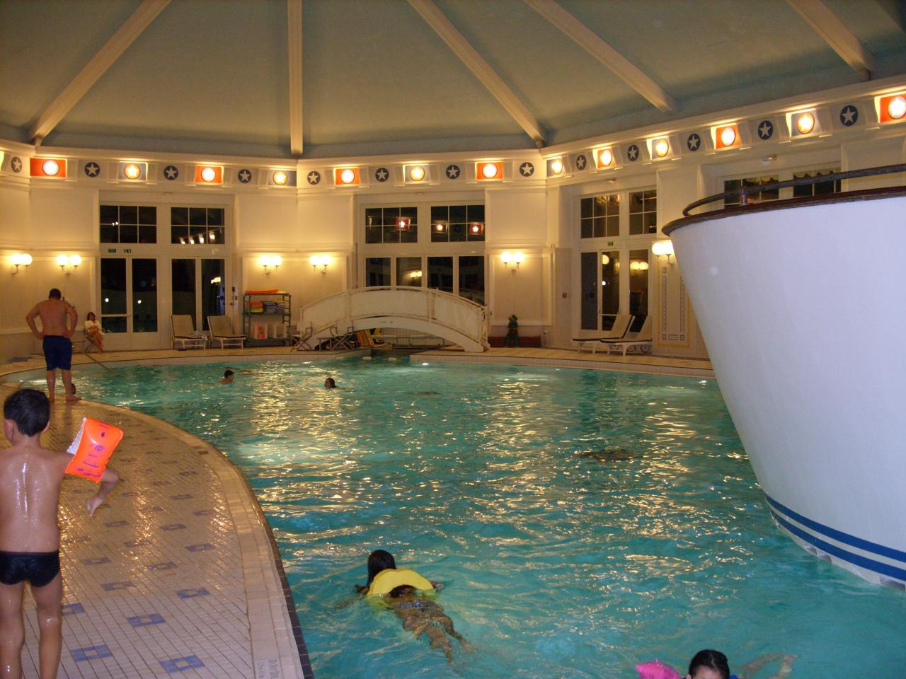 Disney 39 s newport bay club for Piscine disneyland hotel