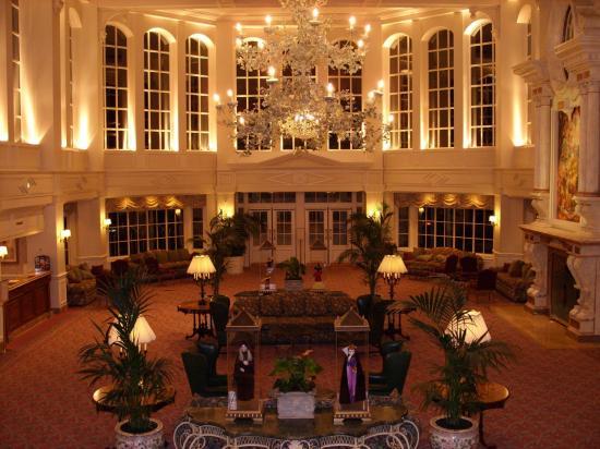 Presentation of disneyland hotel to disneyland paris for Interieur hotel disney