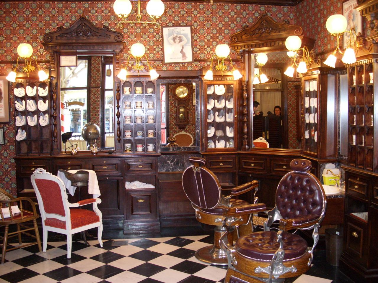 Le barbier de main street dapper dan 39 s hair cuts for Interieur hotel disney